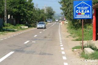 Comuna Cleja are o populatie de 6903 locuitori, din care 6732 romani, 108 maghiari si 63 ceangai.