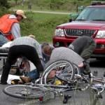 Comanesti: O minora a intrat cu bicicleta intr-o masina