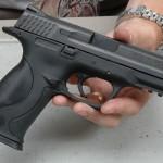 Pistol cu glonţ şi muniţia aferentă acestuia depistate ascunse sub scaunul şoferului