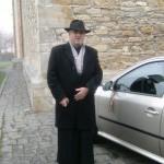 Preotul cu ticolorul pe masina
