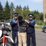 Cercetat de polițiști pentru furt, violare de domiciliu, amenințare și port de armă albă