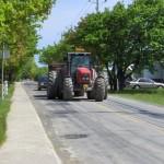 A condus un tractor neînmatriculat și fără permis