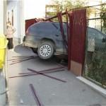 Baut la volan, a intrat cu masina in gard!