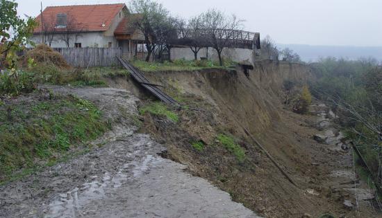 la-un-pas-sa-fie-ingropati-de-vii-jumatate-dintr-un-sat-din-bacau-evacuata-din-cauza-alunecarilor-301502