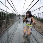 Podul de sticla suspendat la 180 de metri deasupra pamantului!
