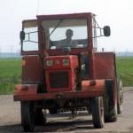 Băut și fără permis, conducea un tractor pe un drum județean