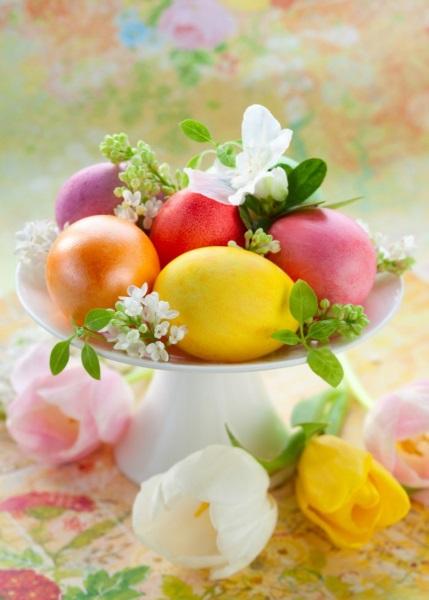 5-platou-decorativ-cu-oua-vopsite-si-flori-albe-pentru-masa-de-Pasti