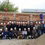 Voluntari din Germania construiesc in doar 5 zile doua locuinte pentru familii cu venituri mici din Moinesti