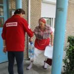 Crucea Roşie Bacău a distribuit astăzi bidoane cu apă potabilă