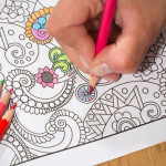 Cărțile de colorat pentru adulți: calea sigură către relaxare