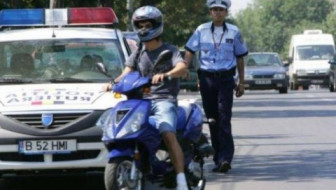 Cercetat de poliţişti pentru conducerea fără permis a unui moped neînmatriculat