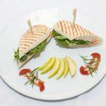 Sandwich cu somon afumat cu sos de cirese