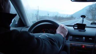 Prins în flagrant de poliţişti la volanul unui autovehicul sub influenţa băuturilor alcoolice şi fără permis