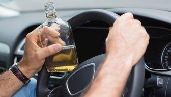 Depistat de poliţişti la volan sub influenţa băuturilor alcoolice