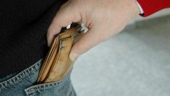 Prins de poliţiştii băcăuani în timp ce sustrăgea un portofel