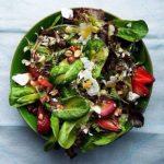 Salata de primavara cu branza feta, migdale si capsuni