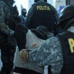 Doi tineri reţinuţi de poliţişti pentru lovire sau alte violenţe şi violare de domiciliu