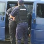 Onesti: Posesor de mandat depistat de poliţişti