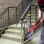 A sustras o bicicletă parcata in fata unui magazin