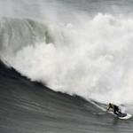Un surfer american a plutit pe cel mai înalt val din lume