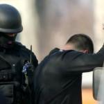 Polițiștii i-au depistat în timp ce ascundeau un radiator sustras de la un autoturism