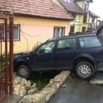 A sustras un autoturism, l-a condus fără să posede permis și a distrus gardul unei proprietăți
