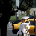 MS recomandă populaţiei să evite, pe cât posibil, expunerea prelungită la soare între orele 11,00 şi 18,00