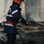 Un atelier de tamplarie din Darmanesti a luat foc