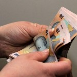 Salariul de bază minim brut a crescut de la 850 la 900 de lei