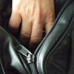 Femeie retinuta pentru furt din geanta unei tinere
