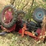 Pe fondul consumului de alcool, s-a răsturnat cu tractorul pe care îl conducea