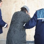 Depistată în flagrat în curtea locuinței din care sustrăsese bunuri