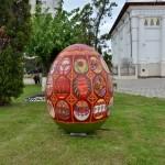 Palatul Copiilor Bacăua expus o lucrare de pictură în spațiul public: un ou pascal uriaș