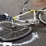 Biciclist acroșat de un autoturism care nu a acordat prioritate de trecere