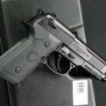 Identificat de poliţişti în timp ce oferea spre vânzare un pistol cu aer comprimat
